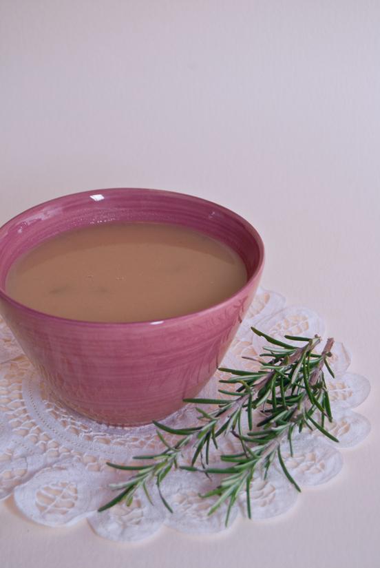 Zuppa di cipolle dolce con renette e rosmarino